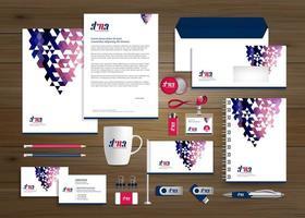 conjunto de identidade e promoção de negócios de design de triângulo colorido vetor