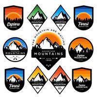 conjunto de emblemas de aventura de montanha vetor
