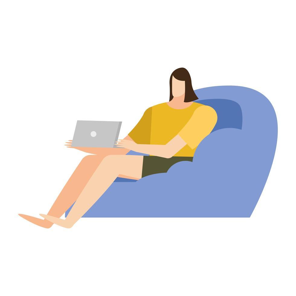 donna con il computer portatile sul disegno vettoriale di casa sedia