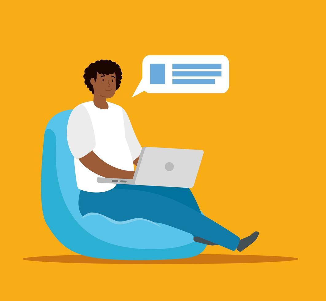 donna afro che lavora a casa con il computer portatile vettore