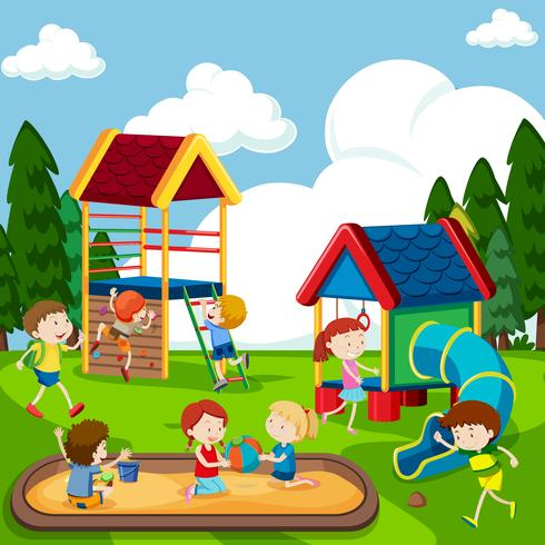 Bambini che giocano nel parco giochi vettore