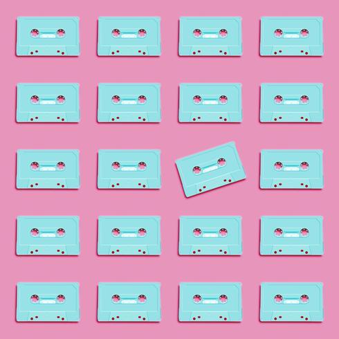 Retro cassetta realistica pastello su fondo piano, illustrazione di vettore