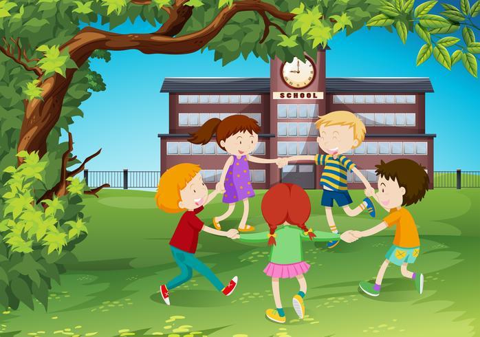 I bambini fanno il giro del parco vettore