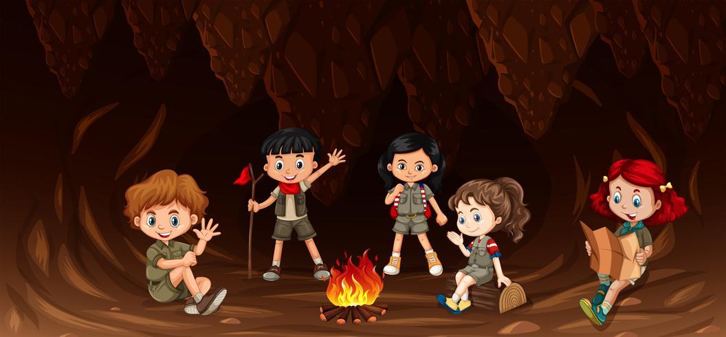 Gruppo di bambini multiculturali in campeggio vettore