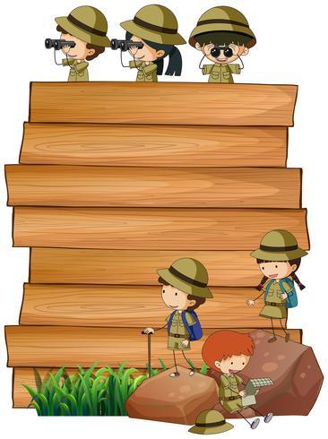 Scout sulla tavola di legno vettore