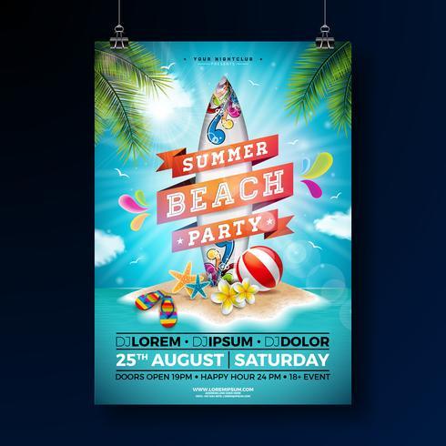 Summer Beach Party Flyer Design con fiore, pallone da spiaggia e tavola da surf. Vector gli elementi floreali della natura dell'estate, le piante tropicali e gli elementi tipografici sul fondo blu del cielo nuvoloso