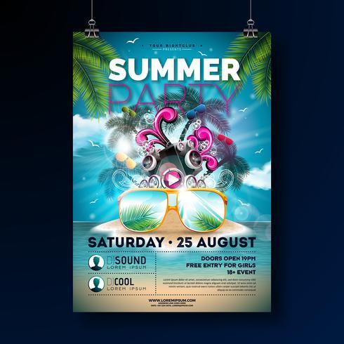 Summer Beach Party Flyer Design con fiore, pallone da spiaggia e occhiali da sole. Vector gli elementi floreali della natura dell'estate, le piante tropicali e gli elementi tipografici sul fondo blu del cielo nuvoloso
