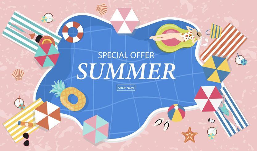 Fondo di vendita di estate con persone minuscole, ombrelli, palla, anello di nuotata, occhiali da sole, stelle marine, cappello, sandali nella piscina vista dall'alto. Bandiera di estate di vettore