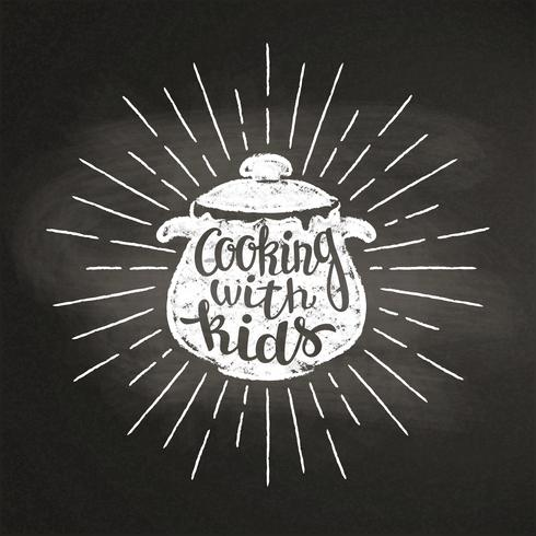 Silhoutte del gesso della pentola bollente con i raggi del sole e dell'iscrizione - Cucinando con i bambini - sulla lavagna. Ottimo per cucinare logotipi, bades, menu design o poster. vettore