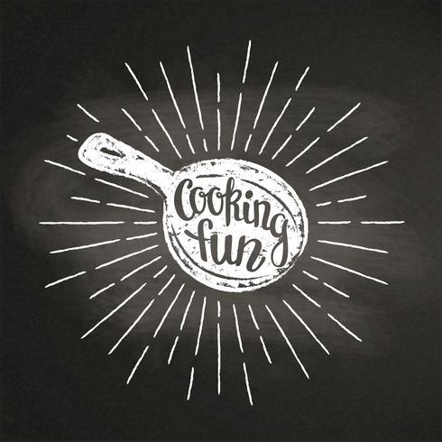 Chalk silhoutte di una padella con raggi di sole e lettering - Cucinare divertimento - sulla lavagna. Ottimo per cucinare logotipi, bades, menu design o poster. vettore