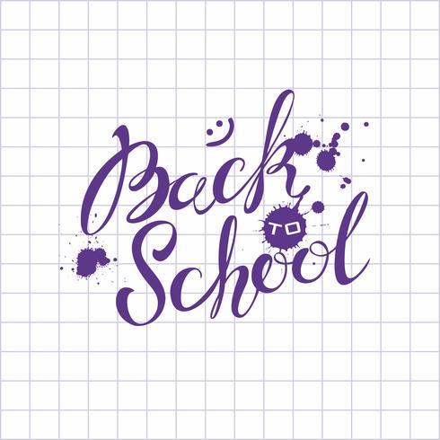Di nuovo a scuola. Lettering. L'iscrizione in inchiostro sul foglio del quaderno scolastico. Invito a scuola Cartolina. Macchie d'inchiostro. Benvenuto. Vettore. vettore