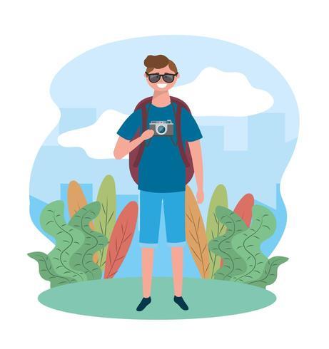 uomo di viaggio indossando occhiali da sole con fotocamera e zaino vettore