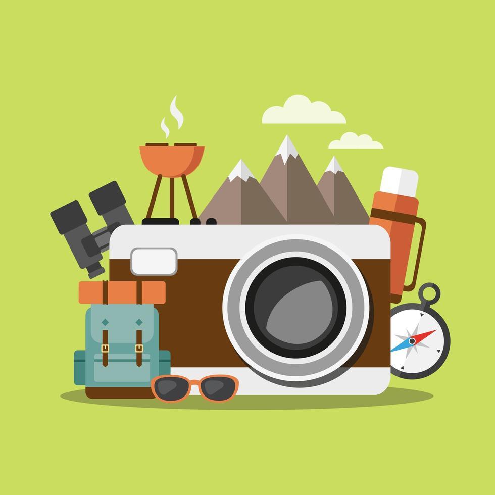 elementi da campeggio tra cui fotocamera, zaino, binocolo e altro ancora vettore
