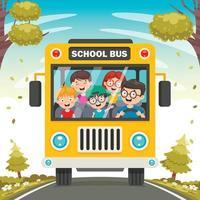 fronte giallo scuolabus con bambini all'interno