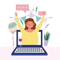 donna sullo schermo del computer portatile che celebra in linea