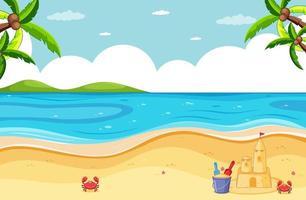 scena della spiaggia con castello di sabbia e piccolo granchio