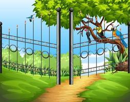 scena con recinzione metallica e uccelli sull'albero