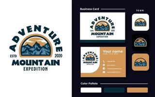 modello di progettazione di logo emblema avventura di montagna