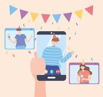 festa in linea. mano che tiene smartphone e amici che celebrano