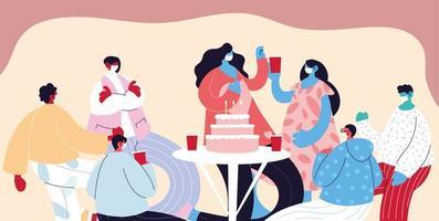 gruppo di persone con maschere bevendo e festeggiando