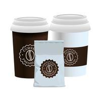 tazze di caffè bianche e prodotti in sacchetti di imballaggio