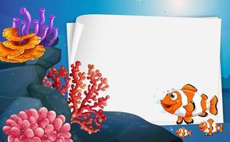 banner di carta bianca con pesci pagliaccio e elementi della natura sottomarina sullo sfondo subacqueo