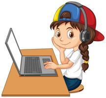 una ragazza con il portatile sul tavolo su sfondo bianco