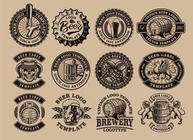 un fascio di emblemi di birra vintage in bianco e nero