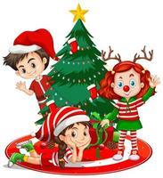 i bambini indossano il personaggio dei cartoni animati del costume di natale con l'albero di natale su fondo bianco