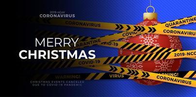 palla di Natale rossa coperta da nastro adesivo di avvertenza per il coronavirus