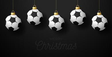 buon natale biglietto di auguri di calcio. appendere a un pallone da calcio filo come una palla di Natale su sfondo nero orizzontale. illustrazione vettoriale di sport.