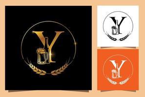 monogramma di birra in vetro e bottiglia d'oro lettera y vettore