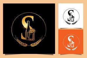 monogramma di birra in vetro e bottiglia d'oro lettera iniziale s vettore