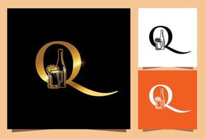 monogramma di birra in vetro e bottiglia d'oro lettera iniziale q vettore