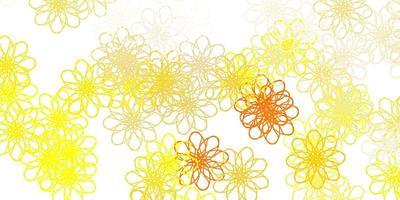 sfondo di doodle vettoriale arancione chiaro con fiori.