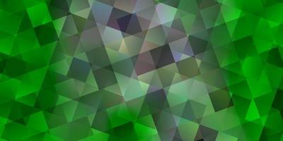 sfondo vettoriale verde chiaro con triangoli, cubi.