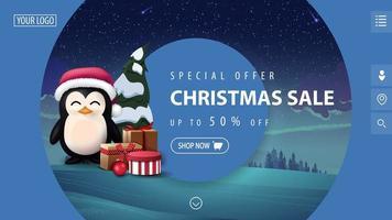 offerta speciale, saldi natalizi, fino a 50 di sconto, bellissimo striscione blu moderno con grandi cerchi decorativi, paesaggio invernale sullo sfondo e pinguino con cappello di Babbo Natale con regali vettore