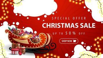 offerta speciale, saldi natalizi, sconti fino a 50, banner sconto rosso con nuvole astratte bianche, ghirlanda, bottone e slitta di Babbo Natale con regali