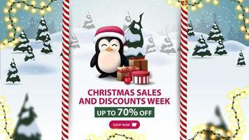 settimana di saldi e sconti natalizi, fino a 70 di sconto, bellissimo banner sconto con pinguino in cappello di Babbo Natale con regali e paesaggio invernale dei cartoni animati sullo sfondo