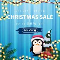 offerta speciale, saldi natalizi, sconti fino a 50, striscione quadrato blu con sipario sullo sfondo, ghirlande e pinguino in cappello di babbo natale con regali