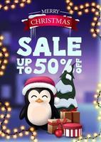 banner sconto natalizio con ghirlanda e pinguino in cappello di babbo natale con regali. banner sconto verticale con paesaggio invernale sullo sfondo
