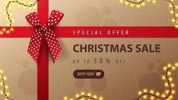 offerta speciale, saldi natalizi, fino a 50 sconti, banner di sconto a forma di scatola di regali di natale con nastro rosso e fiocco, vista dall'alto