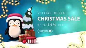 offerta speciale, saldi natalizi, fino a 50 sconti, banner sconto blu con sfondo sfocato con bokeh e pinguino in cappello di babbo natale con regali