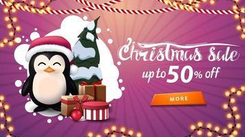 saldi natalizi, fino a 50, banner sconto rosa con nuvola bianca astratta, ghirlande, bottone e pinguino in cappello di babbo natale con regali