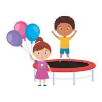 simpatici bambini piccoli con salto sul trampolino e palloncini di elio