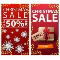 vendita di natale, fino a 50 di sconto, banner sconto verticale rosso con fiocchi di neve di carta e regali con cartellino del prezzo vettore