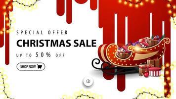 offerta speciale, saldi natalizi, sconti fino a 50, banner sconto bianco con strisce rosse di vernice sul muro bianco e slitta di Babbo Natale con regali vettore