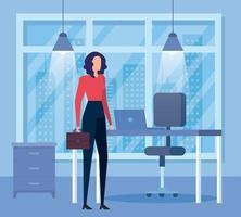 elegante imprenditrice lavoratore con portafoglio in ufficio