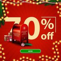 saldi natalizi, sconti fino a 70, banner sconto rosso con numeri grandi, bottone, ghirlanda e cassetta delle lettere di Babbo Natale con regali vettore