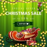 offerta speciale, saldi natalizi, sconti fino a 50, striscione quadrato verde sconto con tenda sullo sfondo, ghirlande e slitta di Babbo Natale con regali vettore